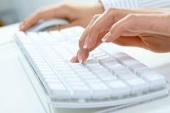żeński pisać na maszynie ręki zdjęcia royalty free