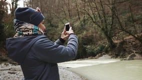 Żeński podróżnik jest mknącym panoramą dramatyczna natura w spadku lesie w dniu zbiory wideo