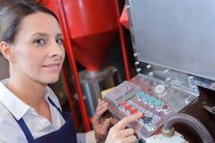 Żeński pracownik fabryczny produkuje filtry dla samochodów Fotografia Royalty Free