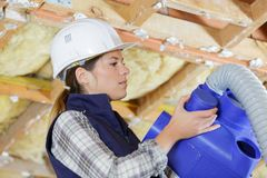 Żeński pracownik instaluje klimatyzację zdjęcie royalty free