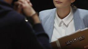 Żeński prawnik kwestionuje nielegalnie skazującego osoba pokój konferencyjnego, dochodzenie zdjęcie wideo