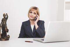 Żeński prawnik w biurowym obsiadaniu i działanie z papierem i laptopem obrazy royalty free