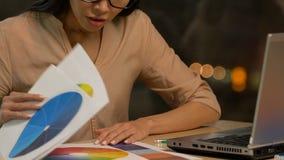 Żeński projektant próbuje znajdować koloru plan, czuć męczę i wyczerpuję zdjęcie wideo