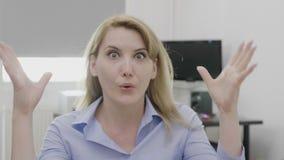 Żeński przedsiębiorca ma umysł dmuchającego szokującego gest i reakcję przy pracą - zbiory