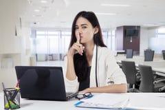Żeński przedsiębiorca robi cisza gestowi zdjęcia stock