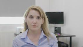 Żeński przedsiębiorca robi umysł dmuchającemu szokującemu gestowi i reakci - zdjęcie wideo