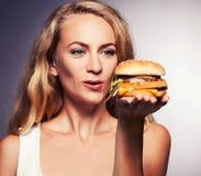 Żeński przyglądający hamburger obrazy stock