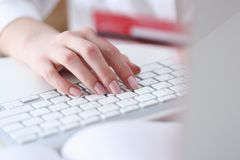 Żeński ręka chwyta kredytowej karty odciskanie Zdjęcie Stock