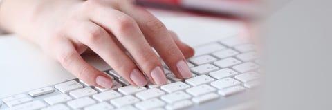 Żeński ręka chwyta kredytowej karty odciskanie Obrazy Stock