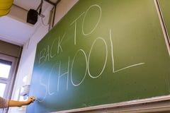 Żeński ręka nauczyciela Writing na Zielonym Chalkboard profesorze Univer Obraz Stock