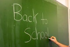 Żeński ręka nauczyciela Writing na Zielonym Chalkboard profesorze Univer Zdjęcia Royalty Free