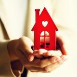 Żeński ręki mienia domu klucz, agent nieruchomości Majątkowy ubezpieczenie, ochrona i wygodny domowy pojęcie, kosmos kopii kwadra obrazy stock