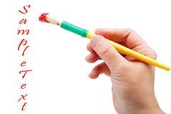 Żeński ręki mienia muśnięcie z czerwoną farbą. Zdjęcie Stock