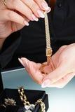 żeński ręki mienia zegarek Fotografia Royalty Free