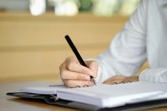 Żeński ręki writing notatnik zdjęcie stock