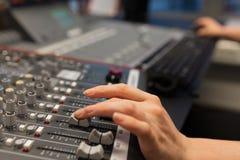 Żeński Radiowy gospodarz Używa Muzycznego melanżer W studiu zdjęcie stock