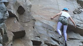 Żeński rockowy arywista wspina się up skałę naucz się wspinać się Skała, dziewczyna, mountaineering zdjęcie wideo