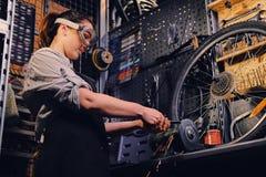 Żeński rowerowy mechanika rozcięcie, połysk i jechać na rowerze część obraz royalty free