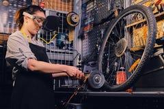 Żeński rowerowy mechanika rozcięcie, połysk i jechać na rowerze część fotografia royalty free