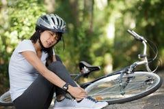 ?e?ski rowerzysta spada? od roweru obrazy royalty free