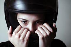 Żeński rowerzysta z hełmem, niebezpieczny sport fotografia stock