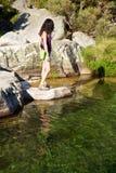 żeński rzeki skały dopatrywanie Zdjęcie Royalty Free