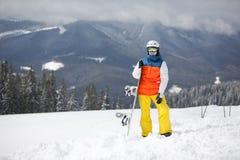 Żeński snowboarder przeciw słońcu i niebu fotografia royalty free