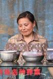 Żeński sprzedawca sprzedaje ulicznego jedzenie na lokalnym rynku, Pekin, Chiny Obraz Royalty Free