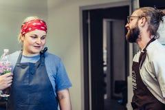 Żeński szef kuchni Bierze przerwę od posiłku przygotowania Odziena, Latvia, Sierpień,/- 24th, 2018: Dyskutować Proces z Męskim sz zdjęcie stock