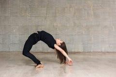 Żeński tancerz ćwiczy gimnastycznego element Zdjęcie Royalty Free