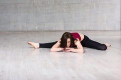 Żeński tancerz pozuje na pracownianym tle Obrazy Royalty Free