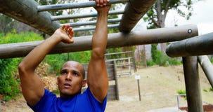 Żeński trener klascze ręki obsługuje wspinaczkowych małpich bary 4k podczas gdy dysponowany zbiory