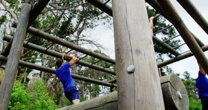 Żeński trener klascze ręki zaludnia wspinaczkowych małpich bary 4k podczas gdy dysponowany zdjęcie wideo