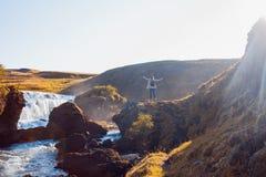 Żeński turysta na tle halna rzeka obrazy stock