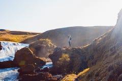 Żeński turysta na tle halna rzeka zdjęcia royalty free