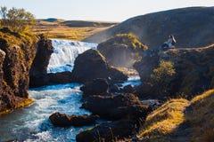 Żeński turysta na tle halna rzeka obrazy royalty free