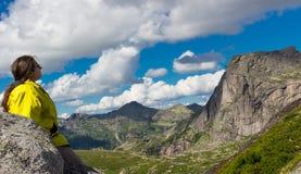 Żeński turysta w górach obraz stock