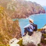 Żeński turystyczny obsiadanie na przylądku Roca, Sintra, Portugalia Obraz Stock