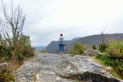 Żeński turystyczny wycieczkować na wierzchołka cyplu nad chył Tskhaltsitela rzeka Obraz Royalty Free