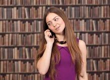 Żeński uczeń opowiada na telefonie Fotografia Royalty Free