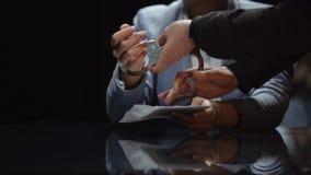 Żeński urzędnik państwowy łapiący na łapówkarstwie, korupcja polityczna, zakończenie up zbiory wideo