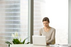Żeński urzędnik używa laptop na miejscu pracy Zdjęcie Royalty Free