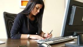 Żeński urzędnika writing i podpisywanie czek zbiory