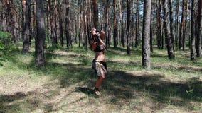 Żeński wojownik w antycznych ubraniach ćwiczy lunge z kordzikiem, 4k zbiory
