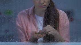 Żeńskie liczenie monety i patrzeć kamera, krańcowy ubóstwo i bezrobocie, zdjęcie wideo