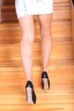 Żeńskie nogi up schodki Zdjęcie Royalty Free