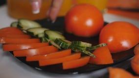Żeńskie ręki kłaść plasterki ogórki w talerzu z zielonym ogórkiem zbiory wideo