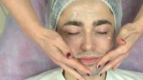 Żeńskie ręki masuje męską twarz zbiory wideo