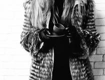 Żeńskie ręki modna bogata kobieta lub dziewczyna z pięknym długim blondynka włosy w talia żakiecie popielaty futerko z czernią fotografia stock