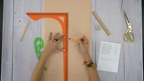 Żeńskie ręki rysują linię na pustym prześcieradle papier zbiory wideo